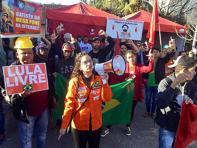 """P movimento sindical e os petroleiros puxaram os 13 """"Bom dia ao Presidente Lula"""" que contou com a presença de professoras de vários estados."""