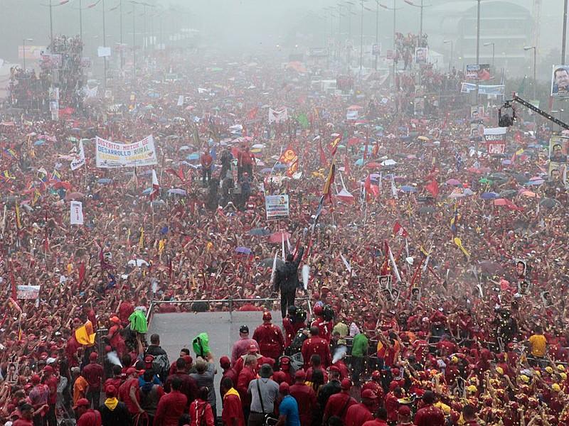 Mais de um milhão de pessoas recebem Chávez no encerramento de campanha eleitoral, no dia 4 de outubro de 2012