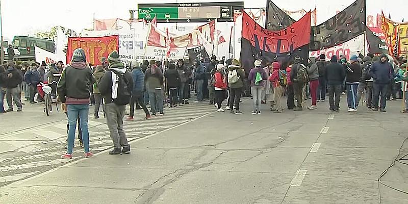 Centrais sindicais convocaram greve geral na Argentina; acessos a Buenos Aires foram fechados