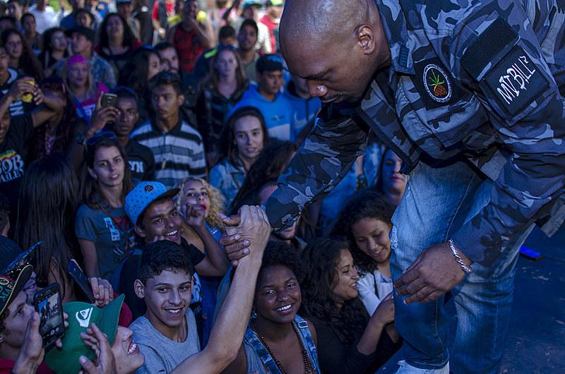 O público lotou o espaço interno e os arredores da tenda montada na ocupação, e entoou seu protesto ao som dos rappers MV Bill, Negra Gizza