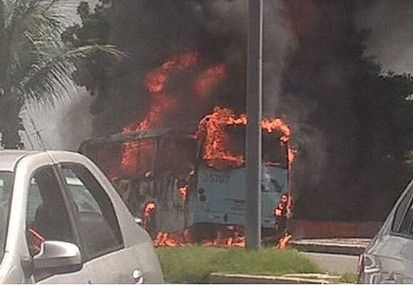 Ônibus queimado em Fortaleza (CE)
