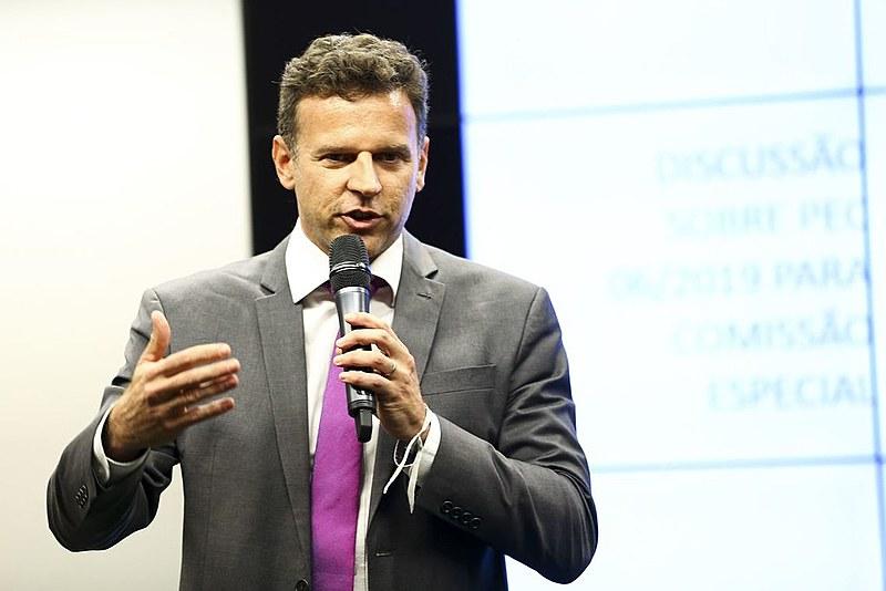 """Eduardo Moreira: """"É um governo que aprofunda essa dependência, e nos trata como seres econômicos de planilhas de Excel"""""""