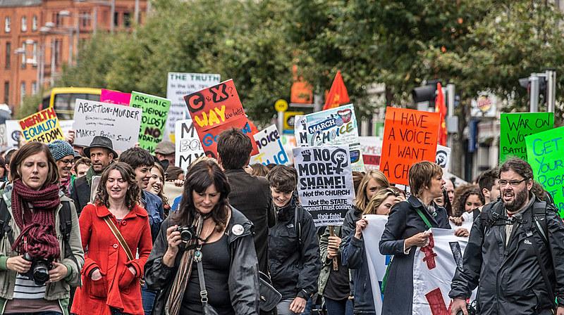 Apesar de tentativa de polarização de partidos conservadores, população irlandesa votou pela legalização do aborto