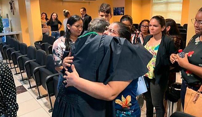 Viúva do sindicalista abraça o promotor Franklin Lobato Prado após a sentença