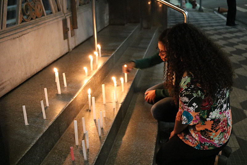 Manifestantes acendem vela em frente a Secretaria de Segurança Pública para homenagear jovens mortos na zona leste de São Paulo