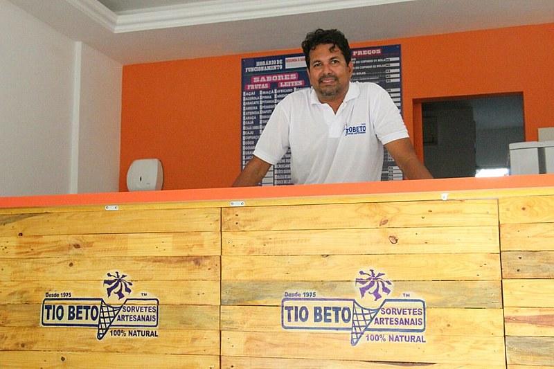 Max Pina tem continuado a tradição de sua família na produção de sorvetes artesanais