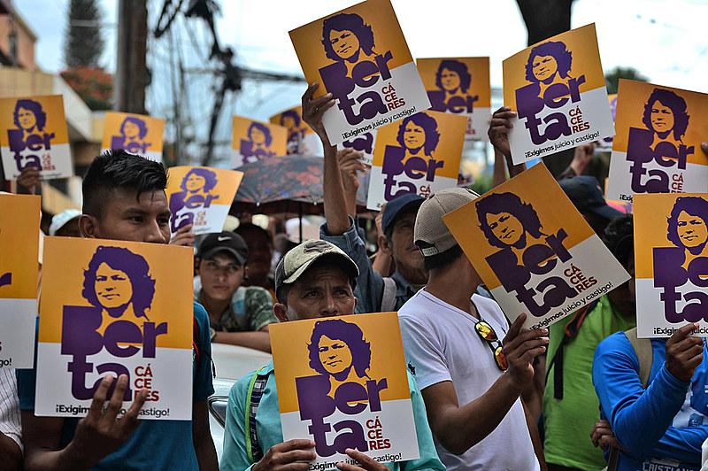 Berta Cáceres estava na linha de frente de oposição ao projeto hidrelétrico Agua Zarca e  foi assassinada em 2 de março de 2016