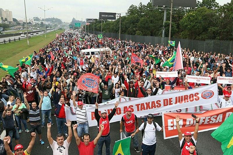 Segundo o sindicato da categoria, 10 mil pessoas foram às ruas