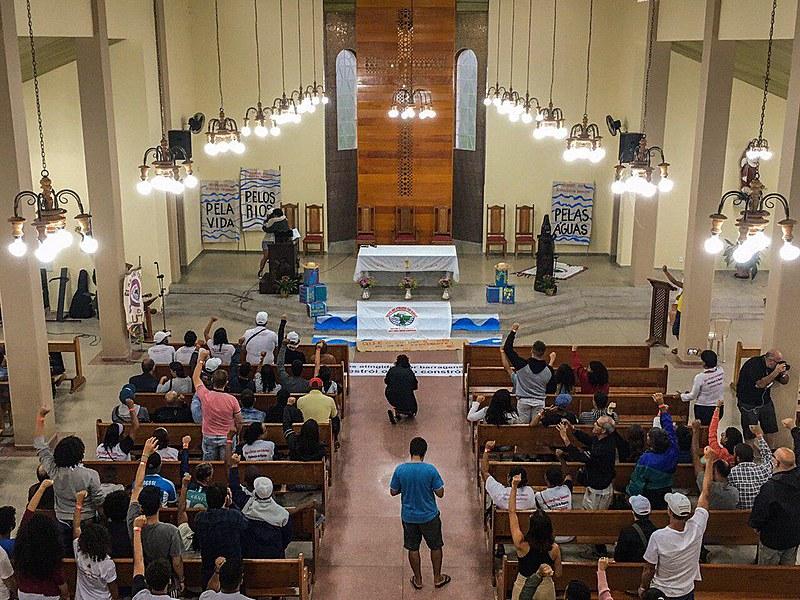 Ao fim da celebração ecumênica, os atingidos leram a Carta do Rio Paraopeba ao Rio Doce