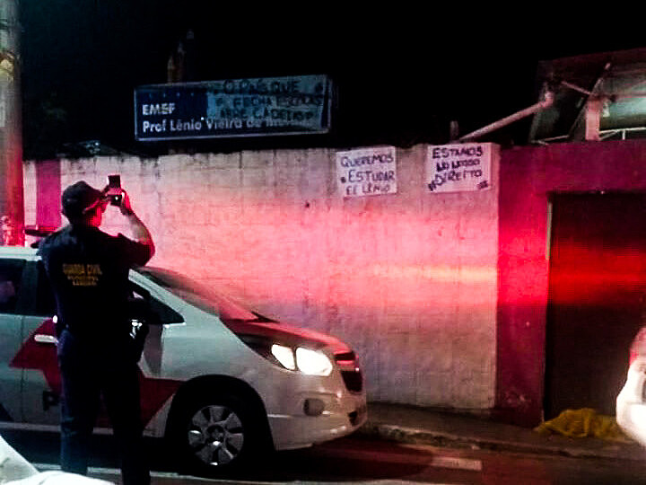 Vídeos mostram a abordagem de um policial a uma professora que diz estar tentando orientar os alunos