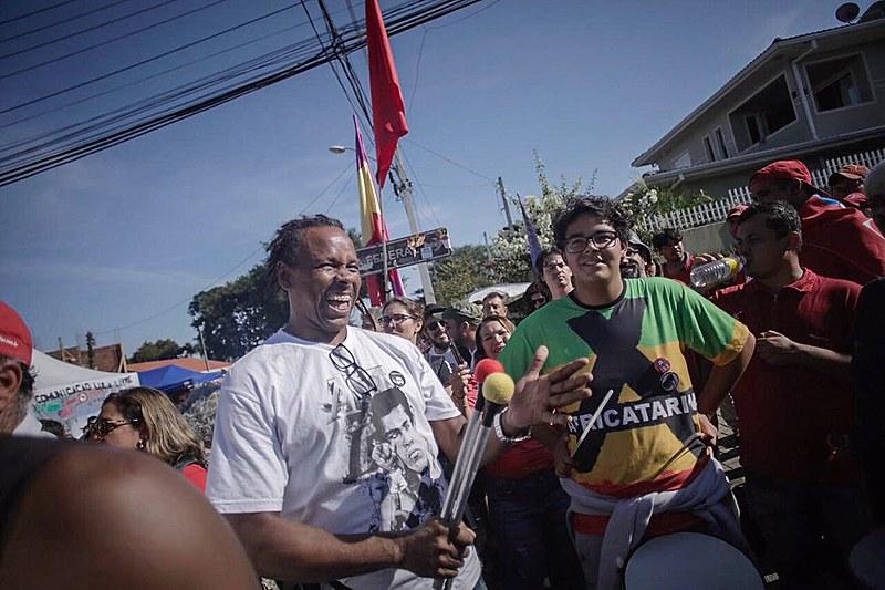Apoiadores de Lula durante atividades políticas e culturais no acampamento em Curitiba