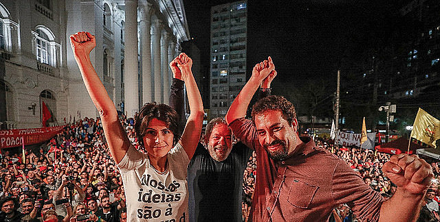Manuela D'ávila e Guilherme Boulos  ao lado de Lula; candidatos comentaram como governo Temer mostra inaptidão para negociar crise