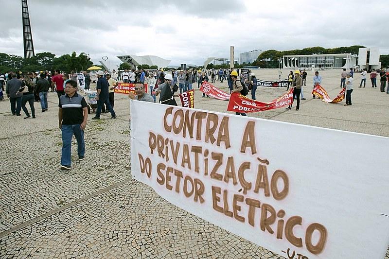 Trabalhadores do setor elétrico protestam contra privatização do setor elétrico em frente ao Palácio do Planalto