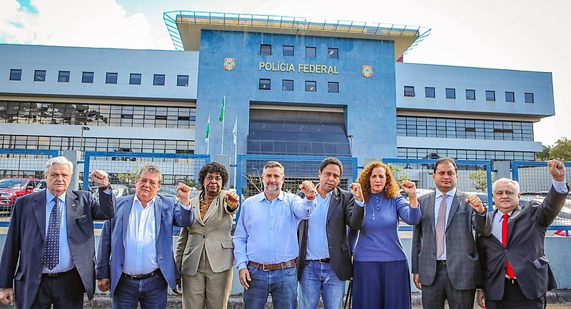 Deputados fazem gesto de luta após visita a Lula em Curitiba