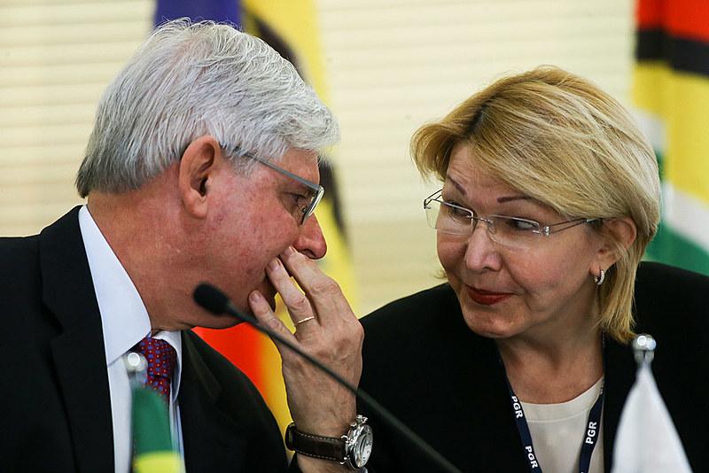 Ortega (dir.) ao lado do ex-procurador Rodrigo Janot em encontro no Brasil