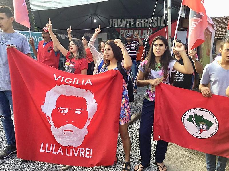 Apoiadores do ex-presidente Lula participam do ''Bom dia Presidente Lula''. Já são 393 dias de luta e resistência na Vigília Lula Livre