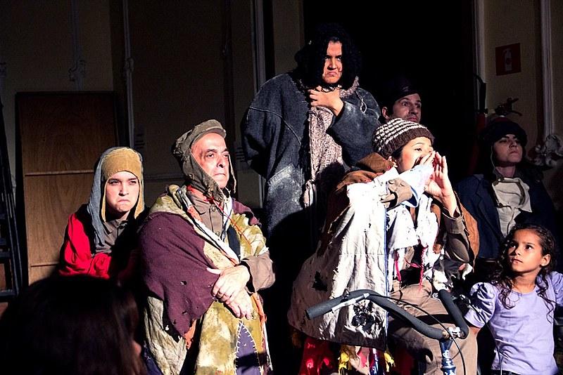 Imagem de integrantes do Grupo de Teatro União e Olho Vivo em cena teatral