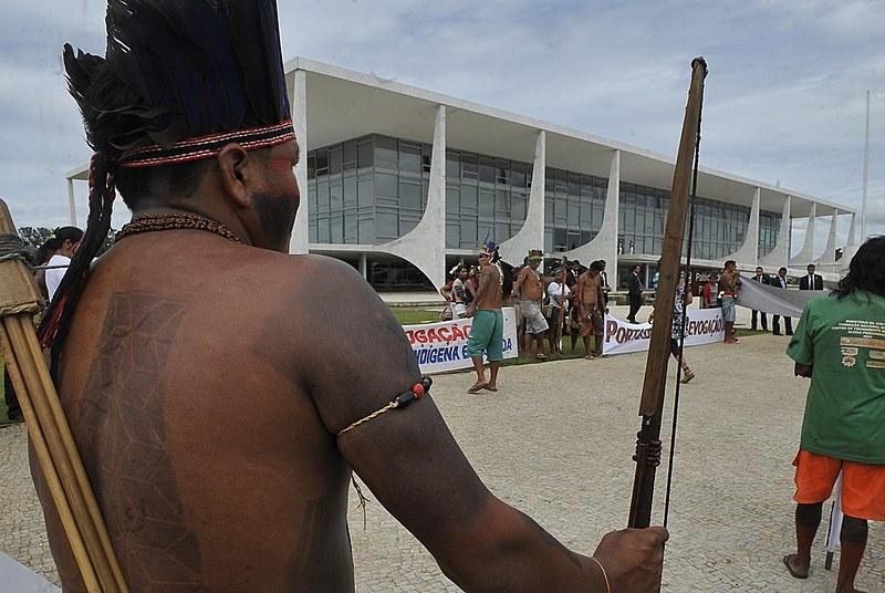 Indígenas protestam em frente ao Supremo Tribunal Federal