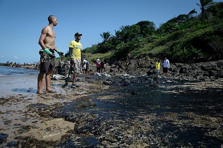Voluntários limpam praias em Pernambuco, no Nordeste do Brasil