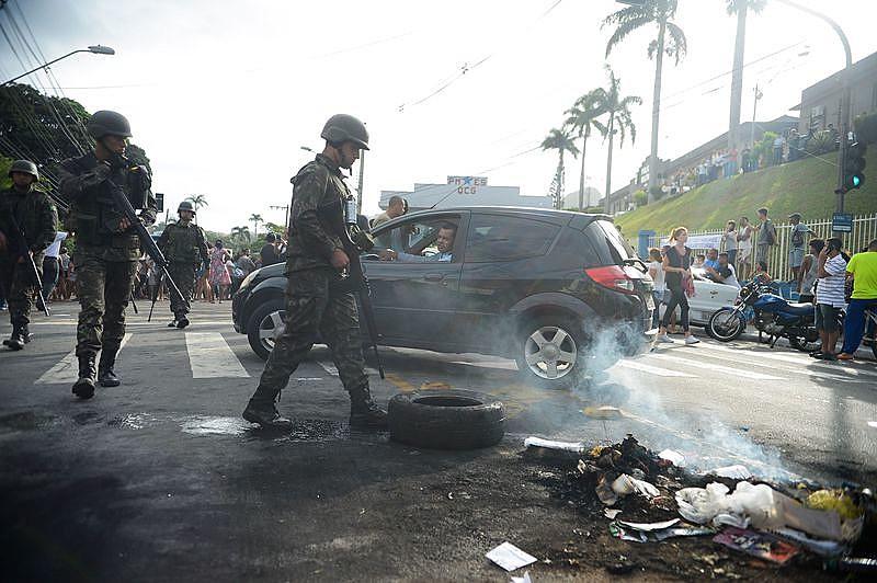 Protesto de moradores em frente ao quartel-geral de Vitória nesta terça-feira (7)