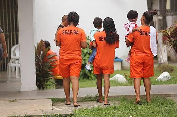 De acordo com pesquisa da UFRJ, 80% das mulheres presas que têm filhos, com menos de 12 anos, estão encarceradas
