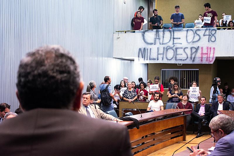 Manifestantes cobram reitor da USP, em audiência na Comissão de Ciência, Tecnologia e Inovação da Alesp