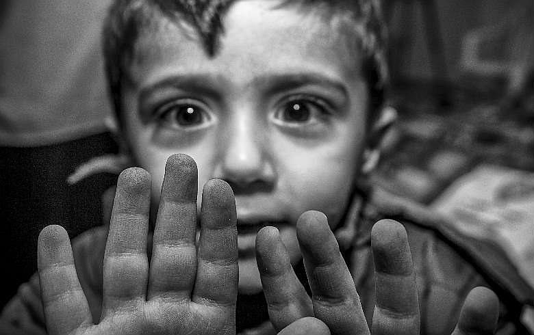 A fotógrafa brasileira captou as expressões de adolescentes e crianças em campos de refugiados