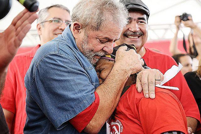 Campamento de movimientos y centrales acompaña la declaración del ex presidente ante la Justicia.