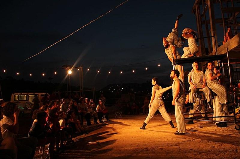Grupo de teatro Dolores Boca Aberta ocupa espaço público na zona leste da capital paulsita há duas décadas