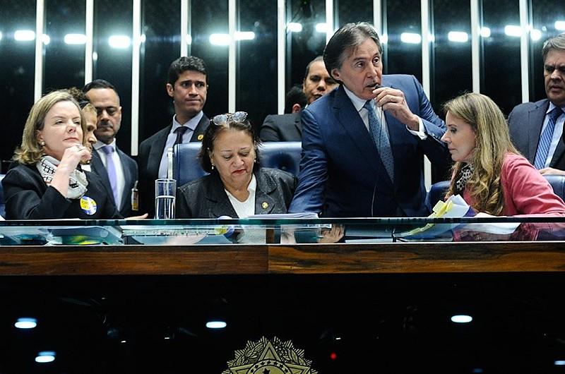 Presidente Eunício Oliveira decidiu suspender a sessão, após protesto de senadores oposicionistas