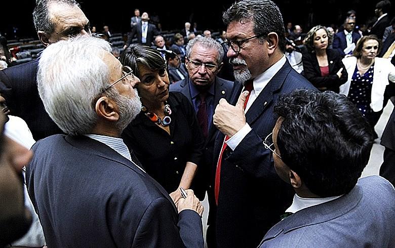 Deputados Ivan Valente (Psol) e Afonso Florence (PT) durante sessão que aprovou PLP 257
