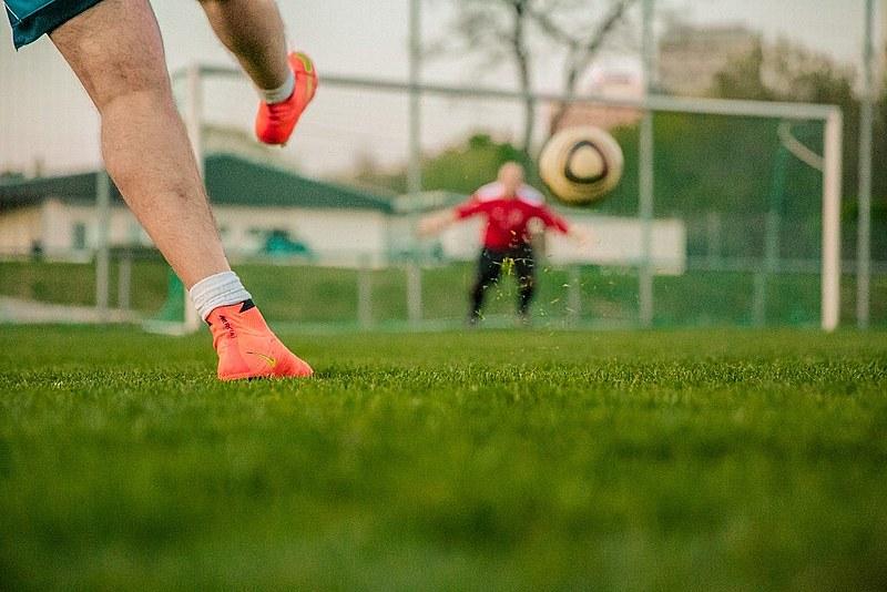 Subaco, filho do treinador, melhor jogador do time, viu a bola picando e encheu o pé em direção ao gol