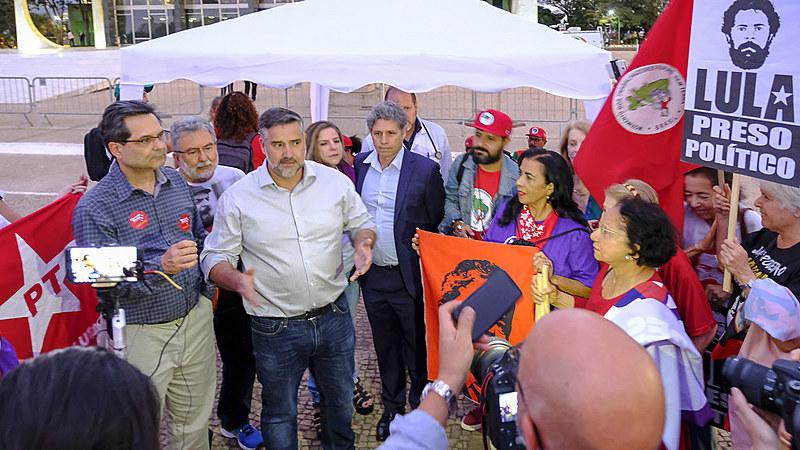 Parlamentares durante visita ao grupo de grevistas nesta quarta (1o), em frente ao STF, em Brasília