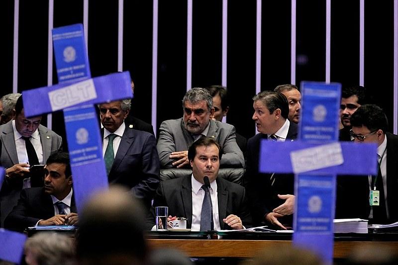Oposição à base de Temer e ao presidente da Casa, Rodrigo Maia (DEM-RJ), faz protesto durante votação da reforma