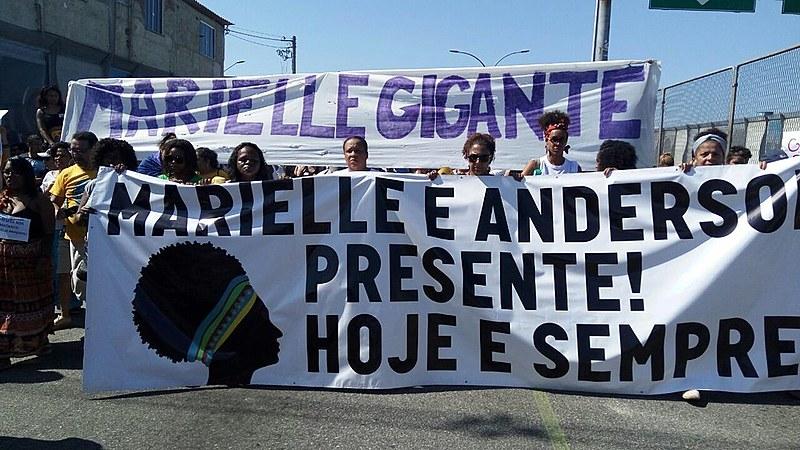 """Aos gritos de """"Maré resiste"""" e """"Não à intervenção"""", manifestantes marcharam pela Linha Amarela na tarde deste domingo (18)"""