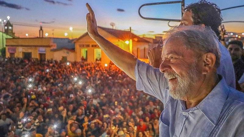 Lula acena para multidão durante a Caravana pelo Nordeste do país