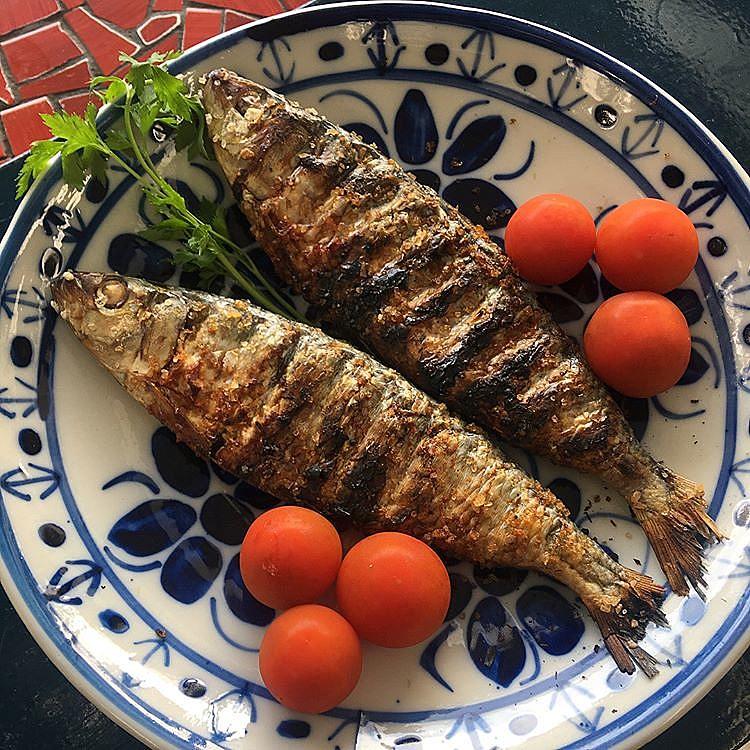 A sardinha é riquíssima em ômega-3 que é muito importante para a proteção da saúde cardiovascular e cerebral
