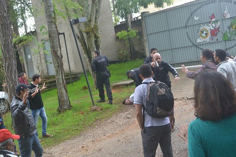En la mañana del viernes, la polícia civil entró a fuerza en la Escuela Nacional Florestan Fernandes