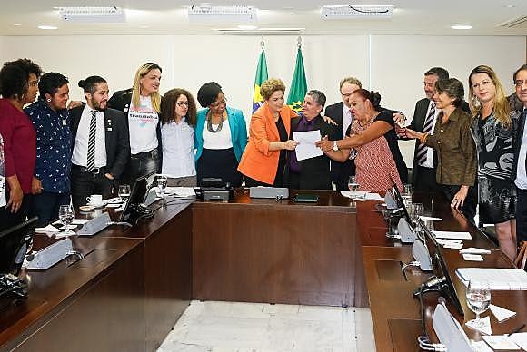 Presidenta Dilma Rousseff recebe o deputado Jean Wyllys (PSOL-RJ) e assina decreto que institui e reconhece a identidade de gêneros de travestis e transexuais na administração pública direta e indireta