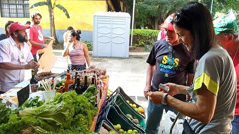 Paulistanos destacam variedade e preço justo dos produtos da reforma agrária vendidos no Parque da Água Branca