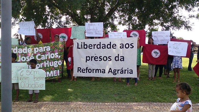 Familiares e militantes do MST pedem a liberdade das pessoas presas durante ação violenta da polícia em frente ao Tribunal de Justiça