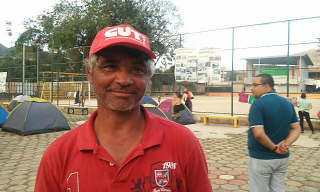 """""""A gente marcha e coloca na cabeça do povo que eles têm direito de reclamar"""", afirma Jairo Nunes da Silva, que marcha ao lado da família"""