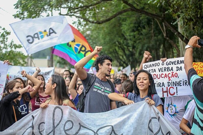 Ato reúne milhares de estudantes em Ribeirão Preto (SP)