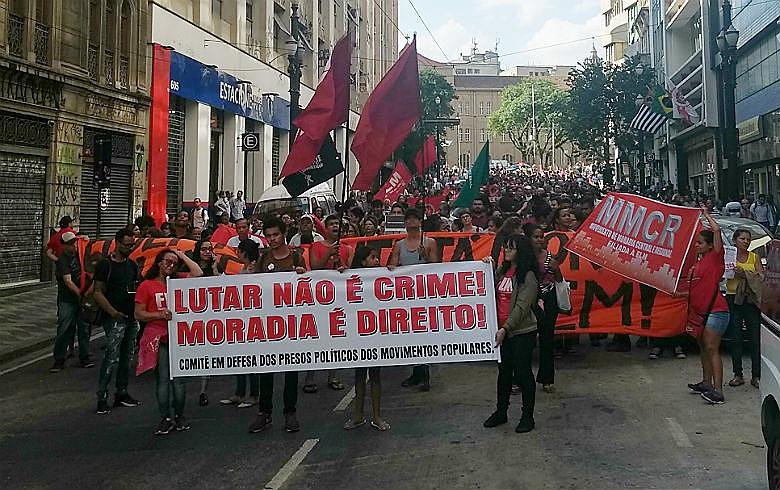 Manifestantes saíram em passeata pelo centro de São Paulo