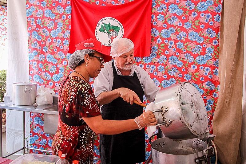João Pedro Stédile ensina a receita do clássico arroz carreteiro do Rio Grande do Sul