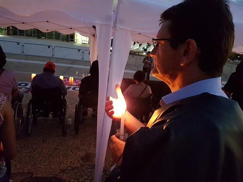 Gilmar Mauro participa da vigília em apoio aos grevistas
