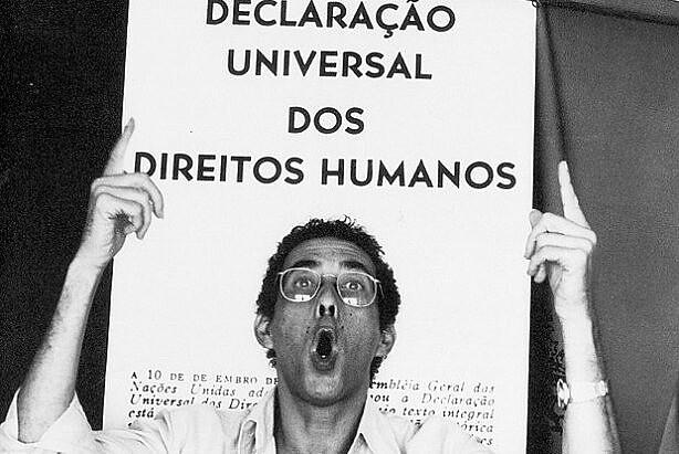 Jards Macalé, músico brasileiro, durante show de comemoração dos 25 anos da Declaração Universal dos Direitos Humanos, em 1973