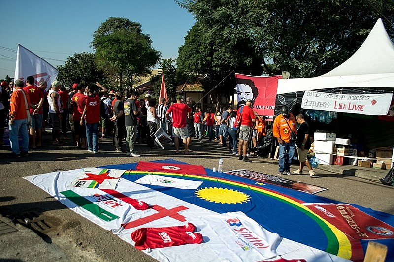 A nota também reafirma que a Vigília Lula Livre segue organizada, respeitando aos acordos coletivos e o que foi combinado com as autoridades