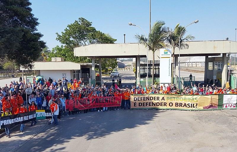 A manifestação ocorreu na quarta-feira (13), em frente à fábrica Fafen-PR, uma das que pode ser vendida
