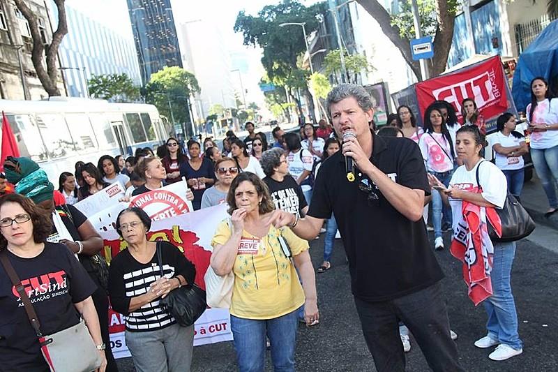 Profissionais da saúde protestaram em frente ao Hospital dos Servidores do Estado